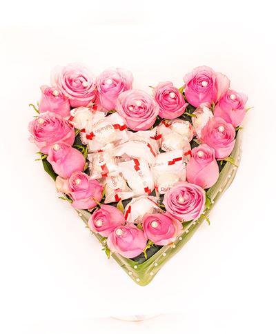 Снимка от Сърце от рози - Сладко вълшебство - 17 рози и 15 бонбона