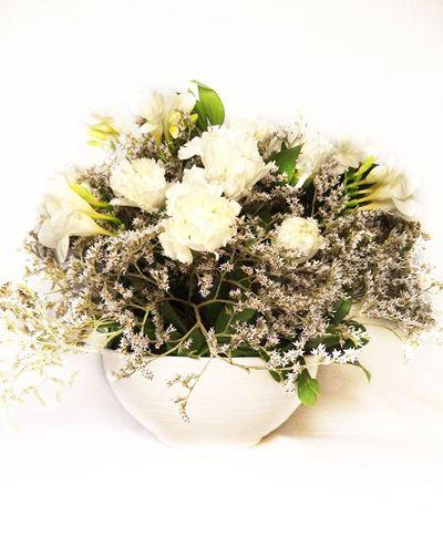 Снимка от Ваза с  карамфили и фрезии - Естетична